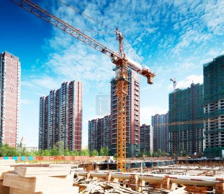Photo pour Grues multiples travaillant sur un énorme chantier de construction - image libre de droit