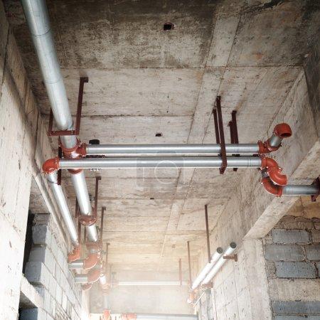 Photo pour Tubes et valves du système de chauffage - image libre de droit