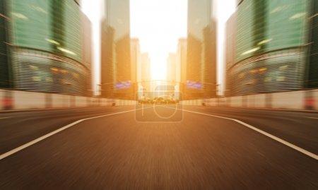 Photo pour Le coucher du soleil sur les routes animées des grandes villes - image libre de droit