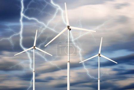 Photo pour Concept d'énergie renouvelable verte - générateur d'éoliennes dans le ciel - image libre de droit