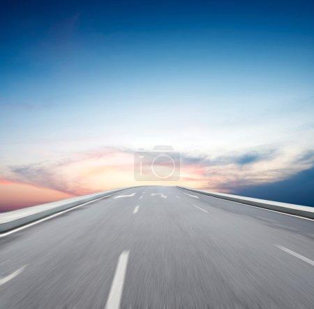 Photo pour Voyage aller ciel bleu à destination Voyage à destination - image libre de droit