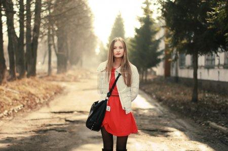 Photo pour Jolie fille marche dans la ville - image libre de droit