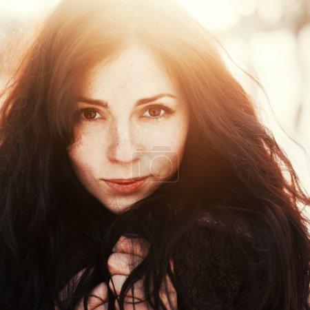Photo pour Mode plein air superbe closeup portrait de jolie jeune fille. femme qui pose en photo de soleil ensoleillé hiver. - image libre de droit