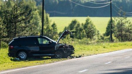 Photo pour Voiture s'est écrasée par une route, Russie - image libre de droit