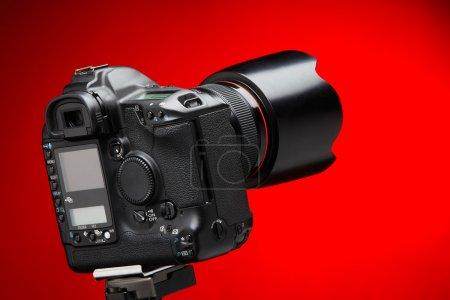 Photo pour Appareil photo numérique professionnel. côté arrière de la caméra, avec un écran lcd blanc. - image libre de droit
