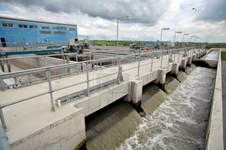 Photo pour Vue de certaines installations d'usine de traitement eau. - image libre de droit