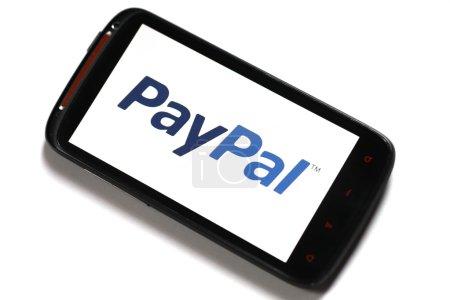 Photo pour Bucarest, Roumanie - 23 juin 2012 : smartphone android avec le logo de paypal s'affiché sur l'écran avec une image logiciel de visualisation. Paypal est le service de paiement en ligne plus populaire, permettant des paiements et transferts d'argent se font par l'inte - image libre de droit