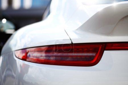 Photo pour Détail sur le feu arrière d'une voiture blanche - image libre de droit