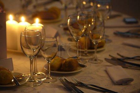 Photo pour Tourné avec une table à manger dans un restaurant. - image libre de droit