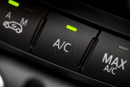 Photo pour Détail de la couleur avec le bouton de la climatisation à l'intérieur d'une voiture. - image libre de droit