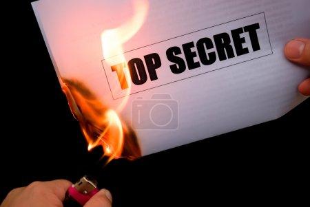 Photo pour Brûler un document papier top secret - image libre de droit