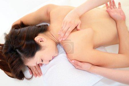 Photo pour Femme reçoit le massage du corps au salon spa - image libre de droit