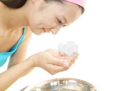 Photo pour La femme qui fait la peau soins. - image libre de droit