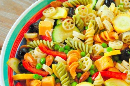 Photo pour Une salade de pâtes délicieuses sur une table de pique-nique - fermer la vue aérienne - image libre de droit