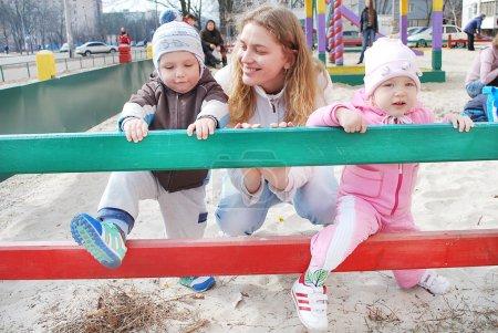 Photo pour Maman de printemps famille garçon fille jouer dans le bac à sable terrain de jeu. - image libre de droit
