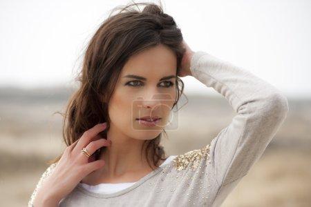 Photo pour Portrait d'une belle jeune femme aux yeux marron dans les dunes - image libre de droit