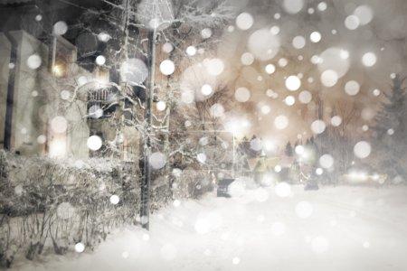 Photo pour Paysage nocturne d'hiver, chutes de neige et lampadaires . - image libre de droit