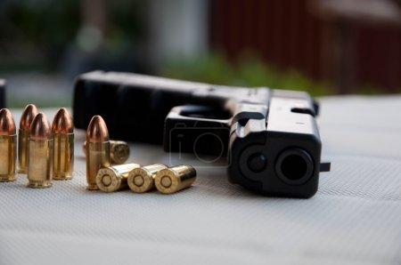 Photo pour Pistolet et balle - image libre de droit