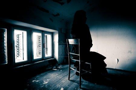 Horrorszene einer beängstigenden Frau