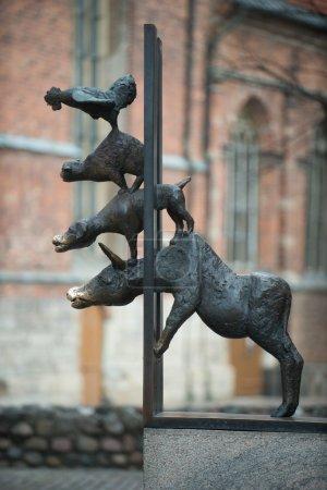 Photo pour Ce monument de musiciens de Brême est situé dans le Riga, en Lettonie. c'est l'un des monuments les plus populaires dans le riga. - image libre de droit