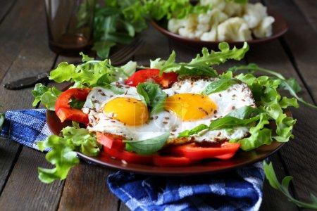 Photo pour Œufs frits avec des herbes et de paprika pour le petit déjeuner, nourriture - image libre de droit