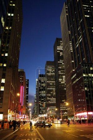 Photo pour Une vue dans la soirée à manhattan, new york city - image libre de droit