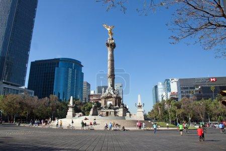 Photo pour La ville de Mexico, 3 février 2013, l'ange de l'indépendance, l'appellation officielle est une colonne de la victoire située sur un rond-point sur le paseo de la reforma à Mexico du centre-ville sur un da dimanche - image libre de droit