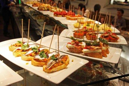 Photo pour Quelques tapas dans un bar d'espana - image libre de droit