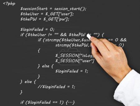 Photo pour Enseignant ou chercheur écrit le code source php de la page Web sur tableau noir - image libre de droit