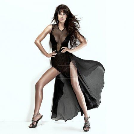 Photo pour Beauté brune romantique avec longues jambes vêtue d'une robe noire - image libre de droit