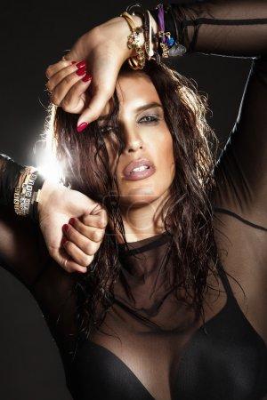 Photo pour Portrait de la belle femme brune en robe noire. photo de mode. - image libre de droit