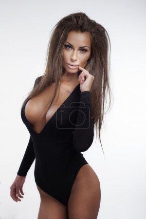 Photo pour Mince belle brune sexy femme posant portant lingerie noire, regardant caméra . - image libre de droit