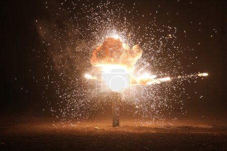 Photo pour Explosion dans l'ancienne salle - image libre de droit