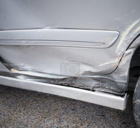 Photo pour Porte de voiture endommagée par accident arriver à être fixé - image libre de droit