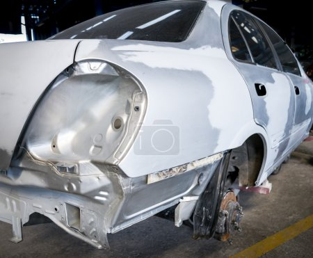 Photo pour Vue arrière de la carrosserie qui a été réparée et qui va être repeinte - image libre de droit