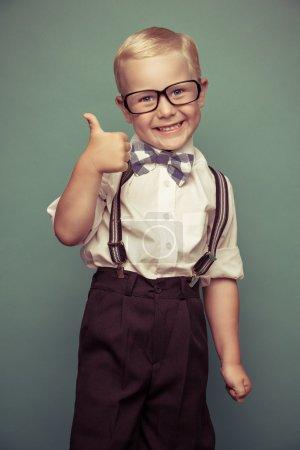 Photo pour Joyeux garçon drôle souriant sur fond vert. - image libre de droit