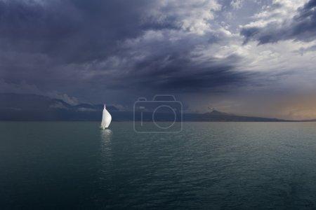 Photo pour Coucher de soleil. Suisse. Bateau sur le lac Leman - image libre de droit