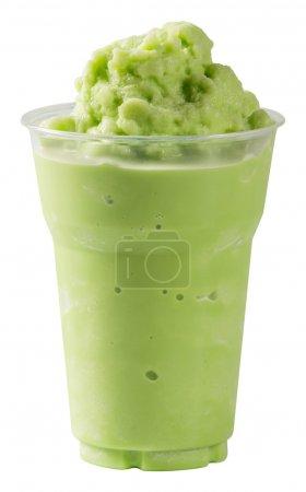 Photo pour Fermer Lait Smoothie au thé vert dans une tasse en plastique isolée sur fond blanc - avec chemin - image libre de droit