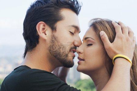Photo pour Gros plan d'un jeune couple romancé - image libre de droit