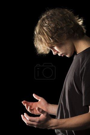 Photo pour Un jeune homme en prière - image libre de droit