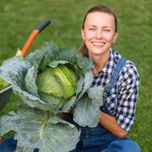 Lächelnde Frau in Gemüsegarten