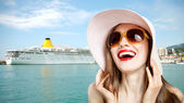 Urlaub Frau in der Nähe von Kreuzfahrtschiff
