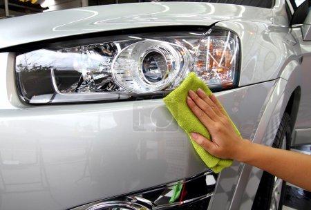 Foto de De la mano con una toallita el coche pulido lavado de coches - Imagen libre de derechos