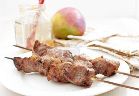 Photo pour Brochettes de viande avec marinade au chutney à la mangue horizontale - image libre de droit