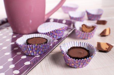 Photo pour Manger des tasses de beurre d'arachide horizontales - image libre de droit