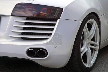Photo pour L'extrémité arrière d'une voiture de sport. - image libre de droit