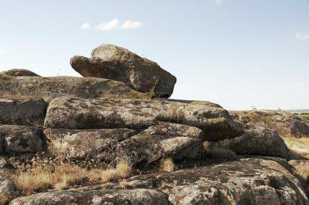 Photo pour Réserve de paysage naturel, plantes de steppes, montagnes, collines, monticules, gros rochers couverts de lichen, sites cérémoniels de peuples anciens et les autels, sépulture Scythe, - image libre de droit