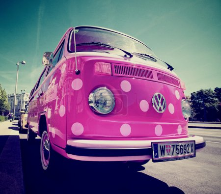 Photo pour La camionnette volkswagen en couleur rose - image libre de droit