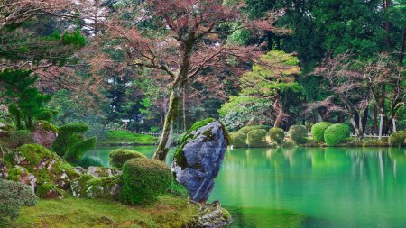 Photo pour Étang Kasumiga-ike dans le parc Kenrokuen à Kanazawa, Japon - image libre de droit