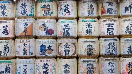 Photo pour NIKKO, JAPON - 24 MARS : Fûts de saké au sanctuaire Toshogu le 24 mars 2012 à Nikko, Japon. Une vieille coutume japonaise est de donner du saké aux temples et aux sanctuaires comme offrande pour les Dieux. Poupée impératrice japonaise Hina - image libre de droit